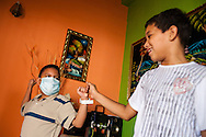 Manuel Alejandro Romero (i) juega con su amigo Jorge Briñez (d). Gracias a FundaHigado, en junio de 2012, Manuel Alejandro recibió un trasplante de higado que le permite disfrutar de la vida. Maracaibo, Venezuela 20 y 21 Oct. 2012. (Foto/ivan gonzalez)