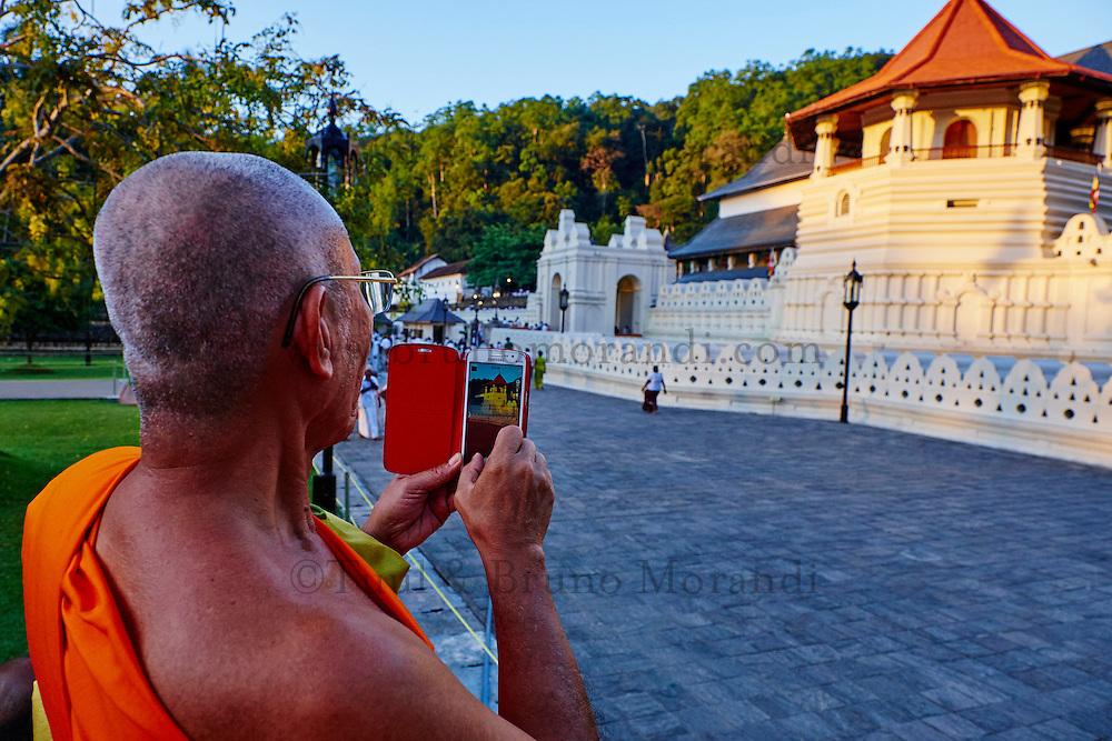 Sri Lanka, province du centre, Kandy, ville classée patrimoine mondial de l'UNESCO, Temple de la Dent (Sri Dalada Maligawa) qui renferme une relique de dent de Bouddha, pelerins // Sri Lanka, Ceylon, North Central Province, Kandy, UNESCO World Heritage city, Tooth's temple