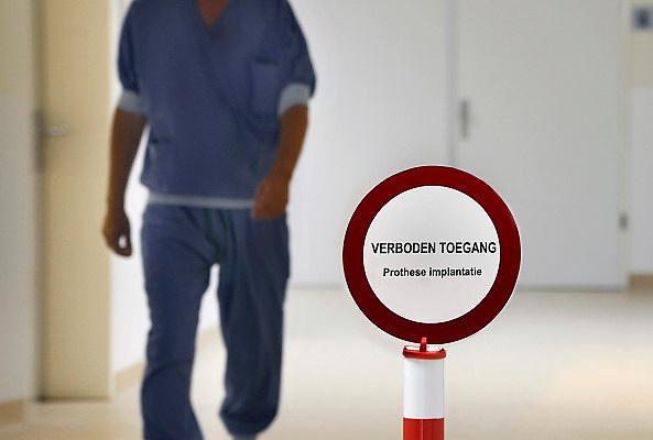 Nederland, Nijmegen, 26-6-2012<br /> Op de ok afdeling van een ziekenhuis is een bord neergezet bij de ingang van een operatiekamer om onnodig in en uitlopen te voorkomen. Dit in verband het ontstaan van wondinfectie tijdens de ingreep.<br /> Foto: Flip Franssen