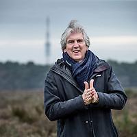 Nederland, Hilversum, 5 februari 2016.<br />Nederlandse radio en televisie presentator Felix Meurders.<br />Op de foto: Felix Meurders tijdens een wandeling op de heide bij Hilversum met op de achtergrond de zendmast.<br /><br /><br />Foto: Jean-Pierre Jans