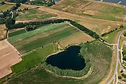 Nederland, Gelderland, Heerewaarden 08-07-2010; Heerewaardense afsluitdijk (boven) en Maasdijk (rechts). Het wiel is restant van een vroeger dijkdoorbraak. Op deze plek, in de Gemeente Heerwaarden, naderen de twee rivieren Waal en Maas elkaar het meest. In het verleden liepen de twee rivieren bij hoog water in elkaar over (met alle problemen van dien)..Heerewaardense dam and Maasdijk (right), with dike breach scour hole. On this spot the two rivers Waal and Maas approach each other the most. In the past the rivers would 'connect' with high water, causing serious water management problems..luchtfoto (toeslag), aerial photo (additional fee required).foto/photo Siebe Swart