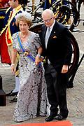 Aankomst koninklijke familie in de gouden koets bij de Ridderzaal op Prinsjesdag 2012. /// Arrival royal family in the golden coach at the Riddrerzaal on &quot;Prinsjesdag&quot;in The Hague<br /> <br /> Op de foto / On the photo:<br />  Prinses Margriet en Pieter van Vollenhoven komen aan bij de Ridderzaal