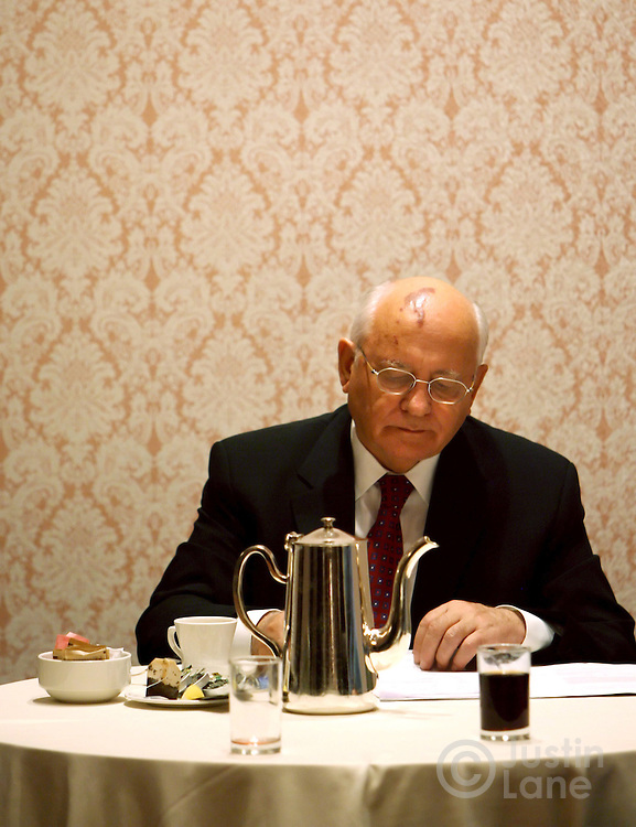 epa00558827 Mikhail Gorbachev, former President of the Soviet Union, has tea at the New York Hilton Hotel, prior to receive the Athenagoras Humanitarian Award during the annual banquet of the Order of St. Andrew on Saturday, 22 October 2005.  EPA/JUSTIN LANE