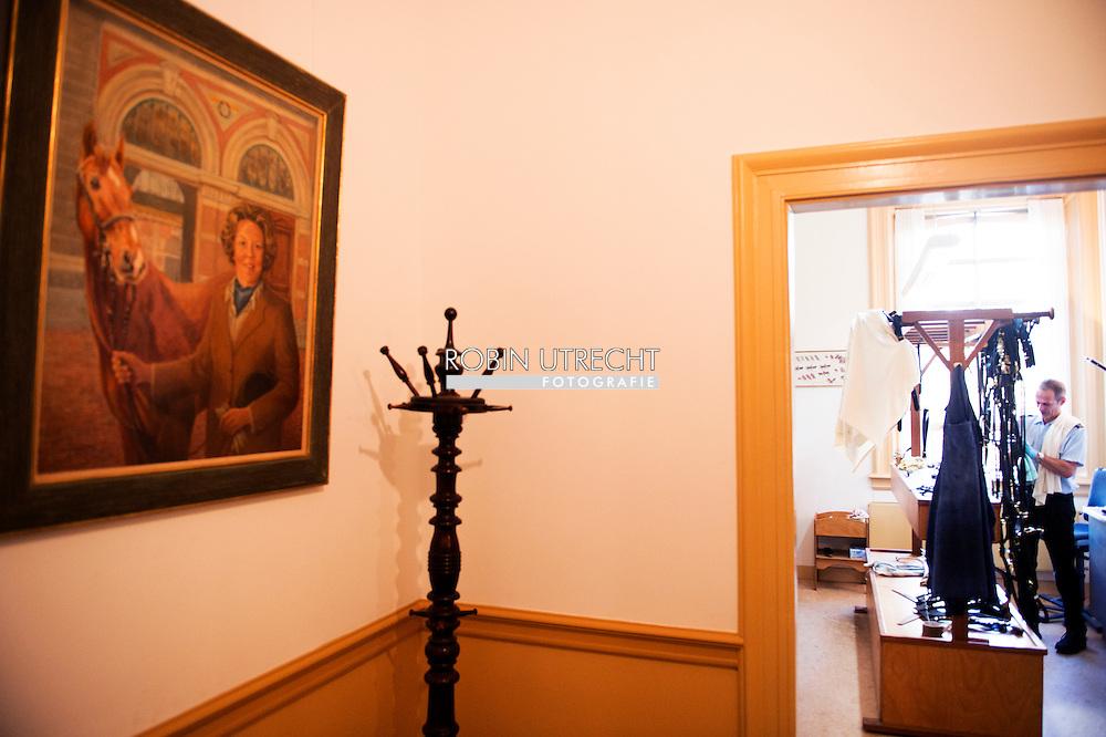 DEN HAAG - Een fotoserie over de Koninklijke stallen in Den Haag met de Gouden koets waar ze zich klaar maken voor prinjesdag 3e dinsdag in september . Een medewerker van de Koninklijke stallen is bezig met de gouden koets aan het klaar maken voor prinsjesdag.  COPYRIGHT ROBIN UTRECHT