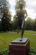 23.6.2014, Kuopio.<br /> Hannes Kolehmaisen patsas Väinölänniemen puistossa.
