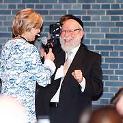 NLD/Amsterdam/20160121 - Uitreiking Taalhelden prijzen 2016 door Prinses Laurentien, Prinses Laurentien in gesprek met  Rabbi Raphael Evers
