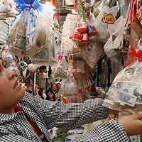 Toluca, Mex.- Los remedios de dinero y amor son los mas solicitados en los puestos de fetiches milagrosos y esotéricos que ven incrementadas sus ventas para recibir el próximo año 2006. Agencia MVT / Mario Vázquez de la Torre. (DIGITAL)<br /> <br /> NO ARCHIVAR - NO ARCHIVE