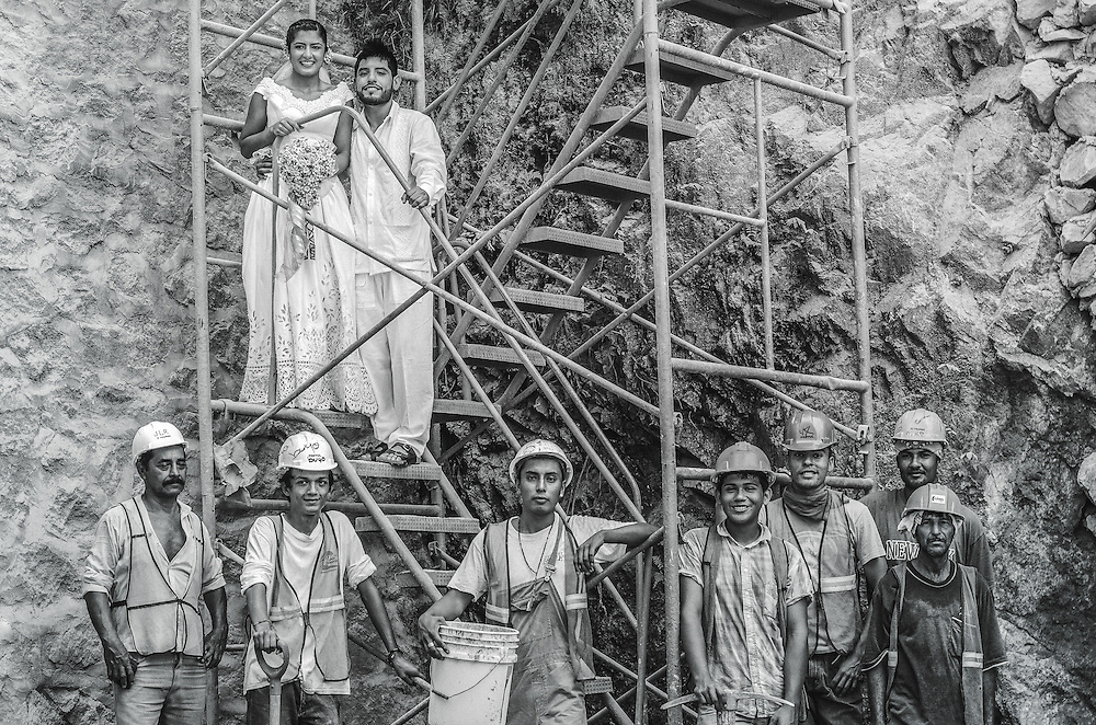 Mexican wedding portrait with construction workers. Photo by: Juan Carlos Calderón.