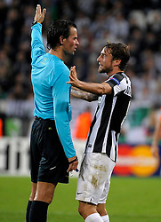 02-10-2012 VOETBAL: UEFA CL JUVENTUS - SHAKHTAR DONETSK: TURIJN<br /> Claudio Marchisio Juventus en scheidsrechter Bas Nijhuis (NED)<br /> ***NETHERLANDS ONLY***<br /> ©2012-FotoHoogendoorn.nl-Federico Tardito