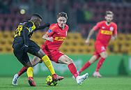 Tosin Kehinde (Randers FC) trækker bagom Magnus Kofod Andersen (FC Nordsjælland) under kampen i 3F Superligaen mellem FC Nordsjælland og Randers FC den 22. november 2019 i Right to Dream Park (Foto: Claus Birch).