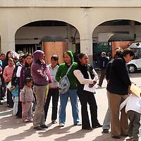 TOLUCA, México.- Largas filas de gente se observan en la explanada de la plaza Fray Andrés de Castro, donde esperan muchas horas para cobrar los apoyos del ayuntamiento de Toluca. Agencia MVT / José Hernández. (DIGITAL)