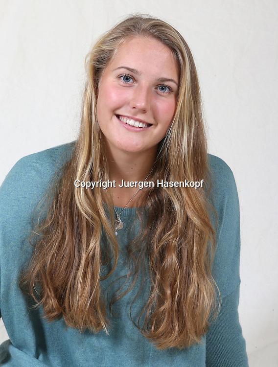 Tennis Profi Antonia Lottner (GER)  posiert im Fotostudio,.jungeTennis Talente,Porsche Talent Team,Spielerin,privat,Einzelbild,.Halbkoerper,Hochformat,Portrait,