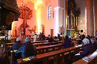 Mannheim. 11.03.17   BILD- ID 025  <br /> Innenstadt. Marktplatz. Marktplatzkirche St. Sebastian. Stay &amp; Pray. <br /> Im M&auml;rz startet mit &bdquo;Stay &amp; Pray&ldquo; in der Mannheimer Marktplatzkirche St. Sebastian ein neues Gottesdienstformat in der Quadratestadt. Dieses offene spirituelle Angebot soll Menschen viermal im Jahr  jeweils samstagabends die M&ouml;glichkeit geben, Kirche einmal anders zu erleben. Die Besucher bestimmen, ob sie sich eine kurze oder auch l&auml;ngere Auszeit g&ouml;nnen &ndash; frei nach der biblischen Aufforderung &bdquo;Stay &amp; Pray &ndash; Wachet und betet.&ldquo; (Matth&auml;us 26,41). <br /> <br /> Der &bdquo;Stay &amp; Pray&ldquo;-Abend beginnt mit der Messe in St. Sebastian um 17 Uhr. Anschlie&szlig;end steht die Kirche bis 22 Uhr offen. Zum Abschluss gibt es ein Nachtgebet &ndash; die Komplet &ndash; mit eucharistischem Segen. <br /> <br /> Bild: Markus Prosswitz 11MAR17 / masterpress (Bild ist honorarpflichtig - No Model Release!)