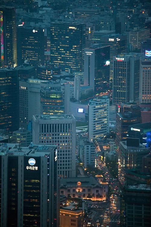 Ansicht auf das abendliche Leben der koreanischen Metropole von der oberen Aussichtsplattform des N Seoul Towers. Der N Seoul Tower ist ein der Öffentlichkeit zugänglicher Fernsehturm in der südkoreanischen Hauptstadt Seoul. Der 236,7 Meter hohe Turm steht auf 243 m ü. N.N. des Berges Namsan.<br /> <br /> View to the evening life of the Korean metropolis from the N Seoul Tower in the center of the city. N Seoul Tower is a communication tower located in Seoul, South Korea. Built in 1969, and opened to the public in 1980, the tower measures 236.7 m (777 ft) in height (from the base) and tops out at 479.7 m (1,574 ft) above sea level.