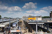 In Utrecht worden de perrons van het centraal station verbreed. Het hele station van Utrecht gaat op de schop om het grote aantal reizigers te kunnen verwerken.<br /> <br /> In Utrecht, the platforms of the central station widened. The whole station of Utrecht is being reconstructed to handle the big amount of travelers.