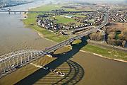 Nederland, Gelderland, Nijmegen, 11-02-2008; Waalsprong: aan de noordoever van de Waal, rond het dorp Lent zal een nieuw stadsdeel gebouwd gaan worden; ook wordt op deze lokatie een geul uitgegraven, meer landinwaarts ten opzicht van de rivier, om de rivier meer de ruimte te geven, Lent (aan de dijk) komt dan op een eiland te liggen; geul, spoorbrug, waalbrug, rivier..luchtfoto (toeslag); aerial photo (additional fee required); .foto Siebe Swart / photo Siebe Swart