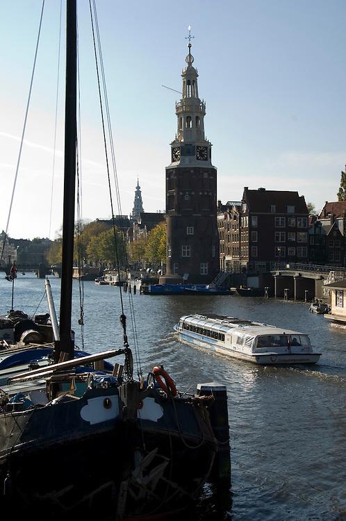 Nederland, Amsterdam, 23 okt 2007.Stadsbeeld Amsterdam. Oude Schans met Montelbaanstoren en rondvaartboot met toeristen in het water.Foto (c) Michiel Wijnbergh