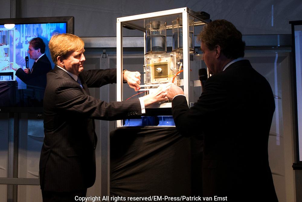 Koning Willem Alexander opent proefinstallatie Blue Energy in Breezanddijk op de Afsluitdijk. De Blue Energy, zoals de installatie heet, is de eerste installatie waarbij de winning van energie uit zoet en zout water in de praktijk wordt getest. <br /> <br /> <br /> King Willem Alexander opens pilot plant in Blue Energy Breezanddijk on the Dam. The Blue Energy, as the plant is called, is the first installation where the energy from fresh and salt water is tested in practice.<br /> <br /> op de foto / On thew photo:  Koning Willem Alexander verricht de officiële opening / King Willem Alexander officially opens the installation