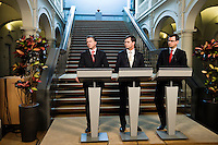 Nederland. Den Haag, 25 maart 2009.<br /> Na de verklaring in de Tweede Kamer waar een verklaring werd afgelegd over de crisismaatregelen., geven Balkenende, Bos en Rouvoet een persconferentie over het crisisakkoord in de hak van het ministerie van Algemene Zaken. Bij de aanpak van de financiele crisis is een bijdrage van iedereen noodzakelijk. Dat stelde premier Jan Peter Balkenende woensdag in de Tweede Kamer. <br /> Mariette Hamer verlaat de vergaderzaal, op weg naar haar werkkamer. . De top van het kabinet en de sociale partners hebben gisteravond laat een principe-akkoord gesloten.<br /> Foto Martijn Beekman<br /> NIET VOOR PUBLIKATIE IN LANDELIJKE DAGBLADEN.