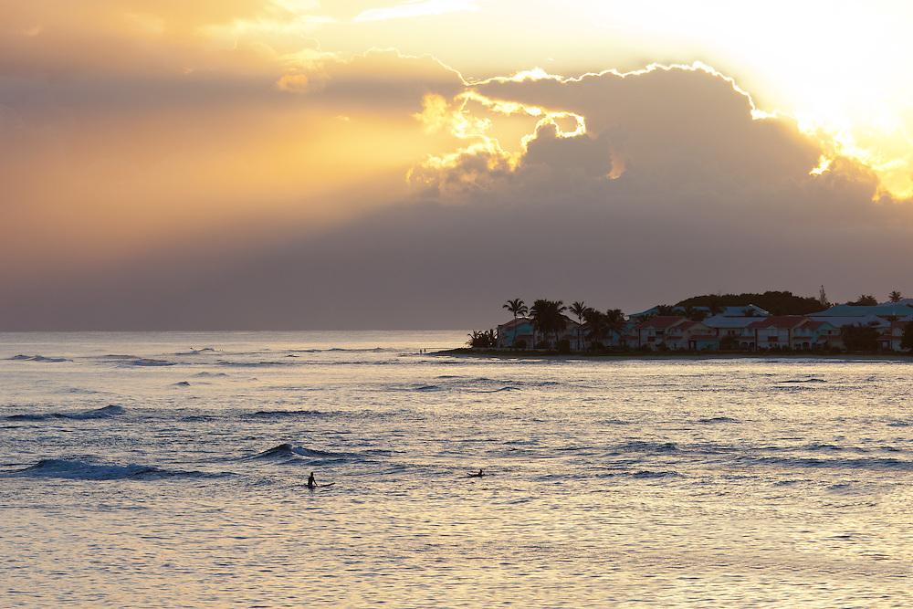 surfeurs sur le spot de St François en Guadeloupe.