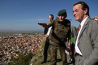 24 AUG 2004, PRIZREN/KOSOVO:<br /> Franz Muentefering, SPD Partei- und Fraktionsvorsitzender,laesst sich von einem Offizier in die Lage einweisen, waehrend der Besichtigung eines Beobachtungspostens auf der Festung Prizren ueber der Stadt Prizren, im Rahmen des Besuchs des Deutschen Einsatzkontingents KFOR<br /> IMAGE: 20040824-01-055<br /> KEYWORDS: Franz Müntefering, Soldat
