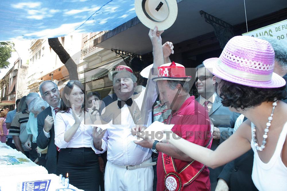 IO DE JANEIRO, RJ, 01 DE MARÇO 2011 – PREFEITO PARTICIPA DA TRADICIONAL COMEMORAÇÃO DO ANIVERSÁRIO DA CIDADE DO RIO DE JANEIRO – O prefeito do Rio de Janeiro Eduardo Paes participa da festa de aniversário dos 446 anos da cidade do Rio, na tarde desta terça-feira (01) na Rua da Carioca, zona central da cidade. Além da comemoração com o tradicional bolo, que este ano terá 10 metros, a festa receberá a imagem peregrina do padroeiro da cidade São Sebastião e a benção do bispo do Rio, Dom Orani Tempesta. (FOTO: MAURICIO BAZILIO / NEWS FREE).