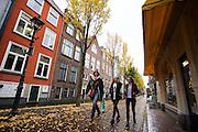 In Delft loopt een vrouw met twee jonge meisjes door de pittoreske binnenstad.<br /> <br /> In Delft people walk at the old city center.