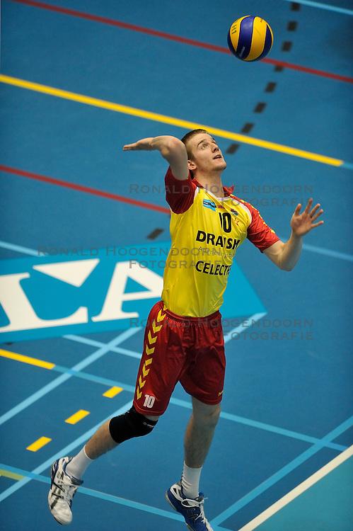 02-04-2011 VOLLEYBAL: SEMI FINAL DRAISMA APELDOORN - RIVIUM ROTTERDAM: APELDOORN<br /> Rotterdam wint de 3de wedstrijd in de playoffs en plaatst zich voor de finale / <br /> Ewoud Gommans<br /> &copy;2011 Ronald Hoogendoorn Photography
