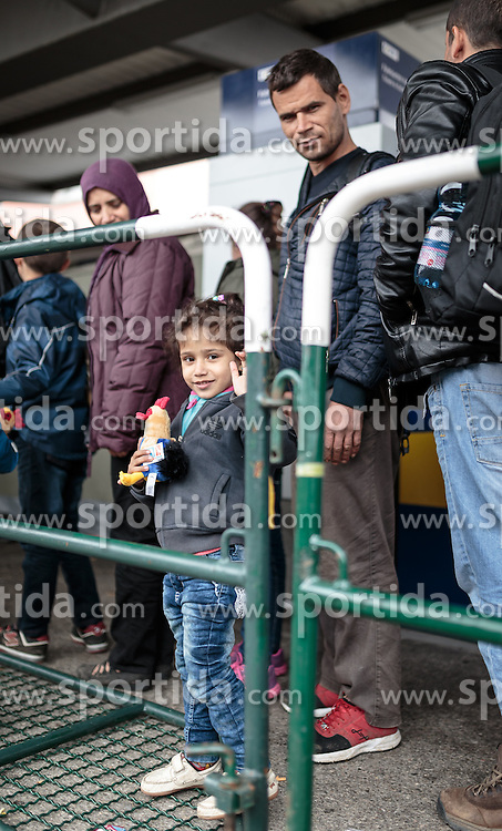 14.10.2015, Bahnhof, Freilassing, GER, Flüchtlingskrise in der EU, im Bild Flüchtlinge mit Kind warten auf dem Bahnsteig auf den Sonderzug // Refugees with Child wait on the platform for the special train, Railway Station, Freilassing, Germany on 2015/10/14. EXPA Pictures © 2015, PhotoCredit: EXPA/ JFK