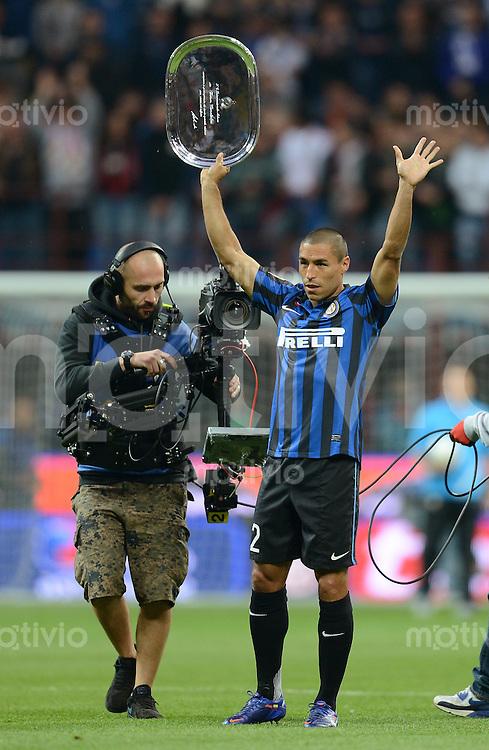 FUSSBALL INTERNATIONAL  SERIE A  SAISON  2011/2012  37.Spieltag  Inter Mailand - AC Mailand    06.05.2012 Ivan Cordoba (Inter Mailand) wird Verabschiedet