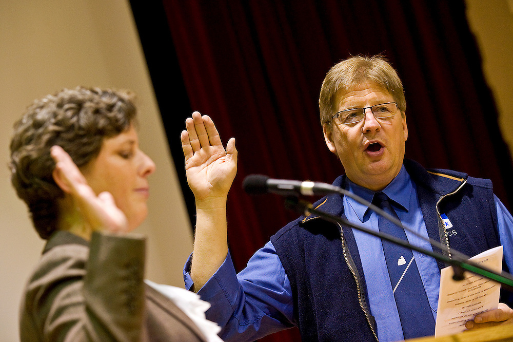012011       Brian Leddy.ndian Hills Elementary principle Ron Donkersloot recites the Oath of Allegiance during a naturalization ceremony on Thursday at the school. Donkersloot is orgininally from Canada.