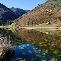 Il lago d'Ampola fa da specchio al fantastico paesaggio autunnale circostante.