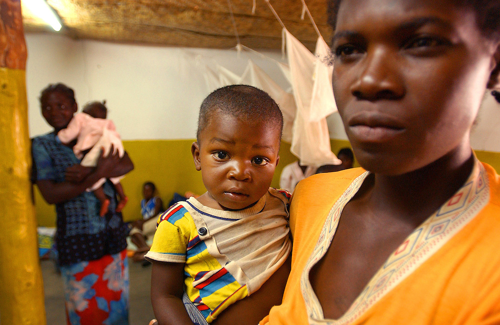 A mother and her child in one of the recovery rooms in the Malaria Centre which is dedicated to malaria control in children under five years in Cuito hospital run by MSF in Bie province, Angola.