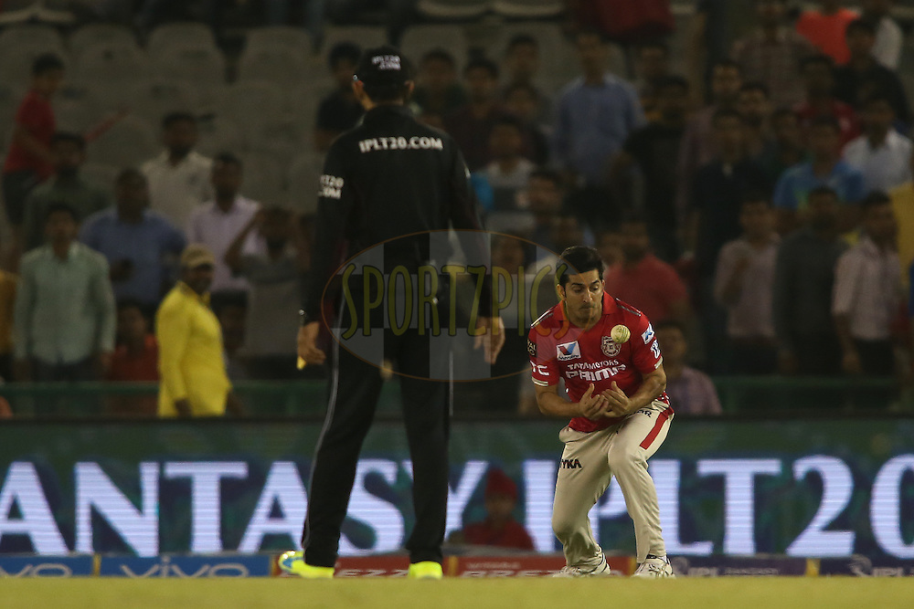 Mohit Sharma of Kings XI Punjab fumbles the ball before taking the catch to get Ishan Kishan of Gujarat Lions wicket during match 3 of the Vivo Indian Premier League (IPL) 2016 between the Kings XI Punjab and the Gujarat Lions held at the IS Bindra Stadium, Mohali, India on the 11th April 2016<br /> <br /> Photo by Shaun Roy/ IPL/ SPORTZPICS