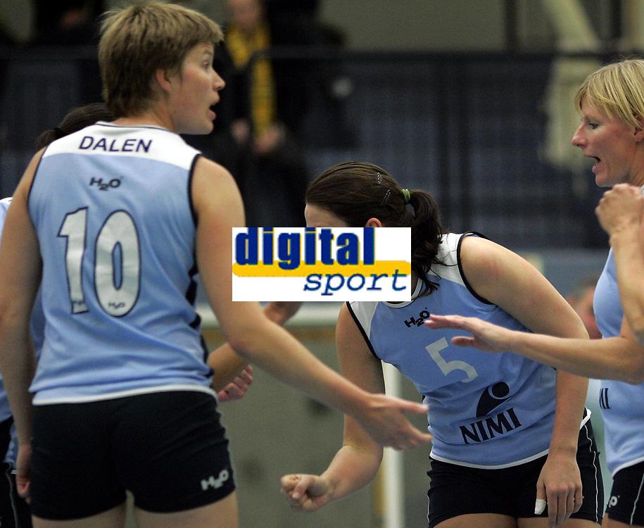 Volleyball<br /> Eliteserien kvinner<br /> Koll v Blindheim 3-0<br /> 04.11.2006<br /> Foto: Morten Olsen, Digitalsport<br /> <br /> Eydis Dalen (10) - Maria Moen Stor&oslash;y (5) og Siri &Oslash;verjordet - Koll