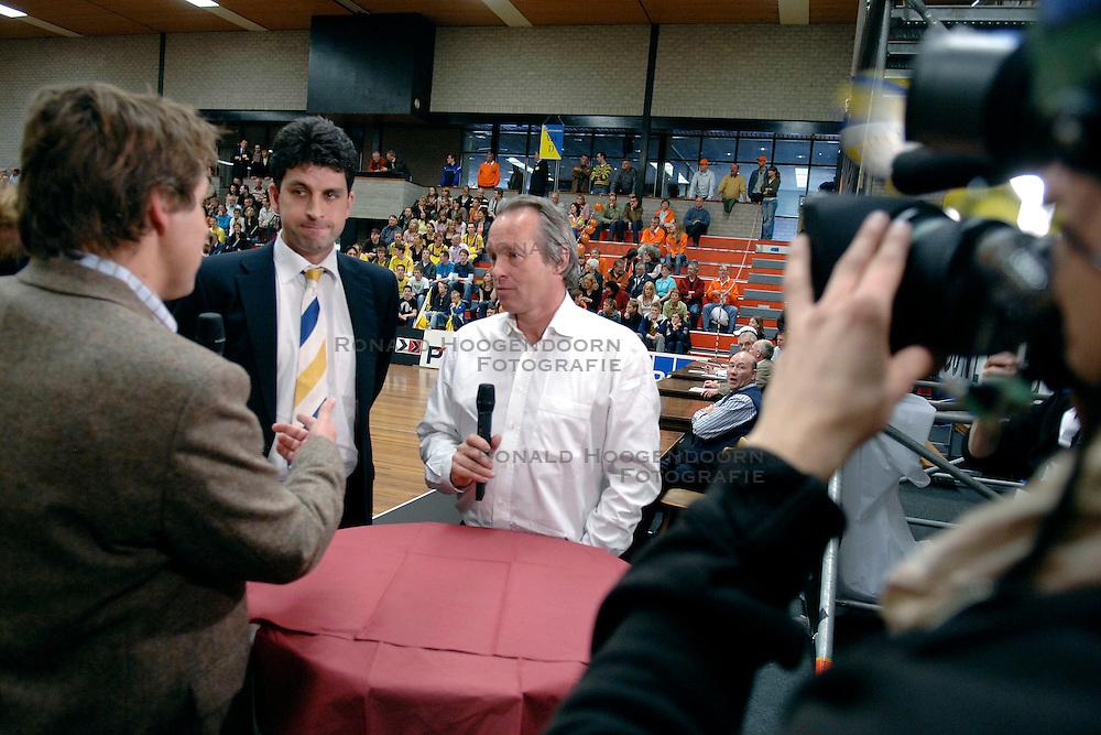 22-04-2006 VOLLEYBAL: PIET ZOOMERS D - ORTEC NESSELANDE: APELDOORN<br /> Nesselande verslaat Piet Zoomers vrij eenvoudig en komt op een 2-1 voorsprong in de playoffs / NOS Toine van Peperstraten, Arnold van Ree en Joop Alberda - media<br /> &copy;2006-WWW.FOTOHOOGENDOORN.NL