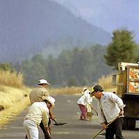Amecameca, Méx.- A toda prisa trabajadores bachean las rutas de evacuación de las comunidades aledañas al volcan popocatepetl. Agencia MVT / Mario Vázquez de la Torre.