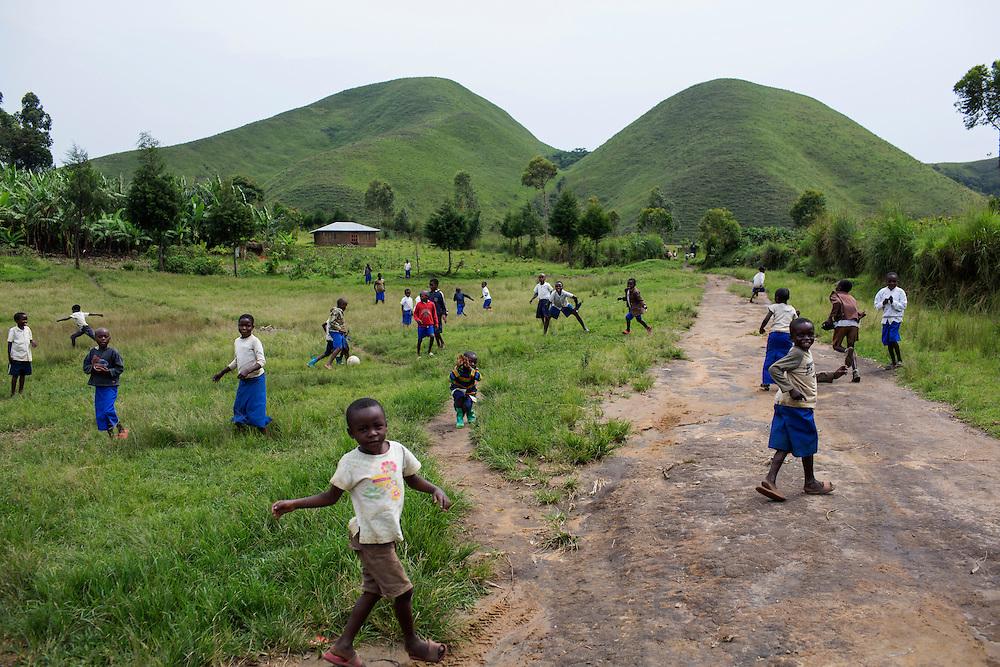 Nzibira, Congo<br /> <br /> Skolbarn leker utanf&ouml;r skolan. Bara n&aring;gra kilometer bortanf&ouml;r h&aring;ller RM rebellerna hus. De kommer ofta och kidnappar bybor och beg&auml;r sedan l&ouml;sen.<br /> <br /> <br /> Photo: Niclas Hammarstr&ouml;m