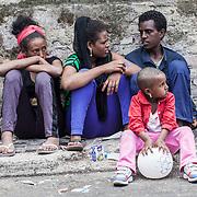 Quasi 800 profughi di cui più di 100 bambini vengono ospitati nella struttura di accoglienza Baobab di Via Cupa a Roma. La struttura può accogliere circa 220 migranti. Semplici cittadini e il gruppo SEL hanno raccolto generi alimentari da distribuire agli all'interno della struttura. Alcuni profighi seduti sul marciapiede fuori dal centro.