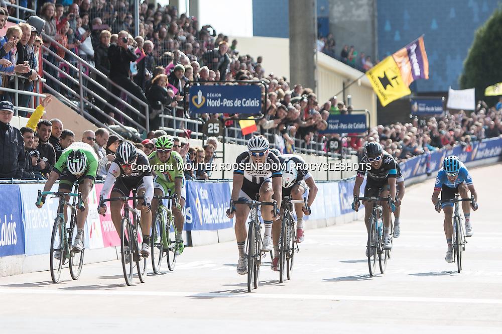 Roubaix - wielrennen, 13-04-2014, Parijs - Roubaix, John Degenkolb wint de sprint voor de tweede plaats voor Fabian Cancelarra en Sep Vanmarcke