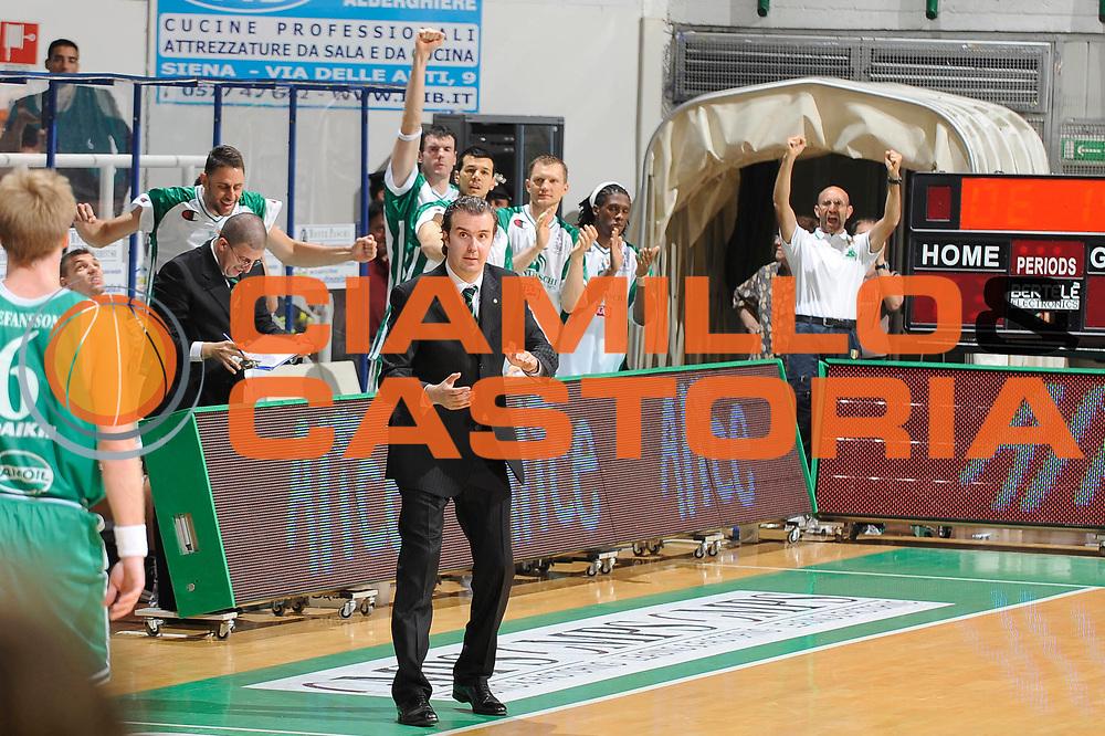 DESCRIZIONE : Siena Lega A 2008-09 Playoff Semifinale Gara 1 Montepaschi Siena Benetton Treviso<br /> GIOCATORE : Simone Pianigiani <br /> SQUADRA : Montepaschi Siena<br /> EVENTO : Campionato Lega A 2008-2009<br /> GARA : Montepaschi Siena Benetton Treviso<br /> DATA : 30/05/2009<br /> CATEGORIA : Coach Esultanza<br /> SPORT : Pallacanestro<br /> AUTORE : Agenzia Ciamillo-Castoria/G.Ciamillo