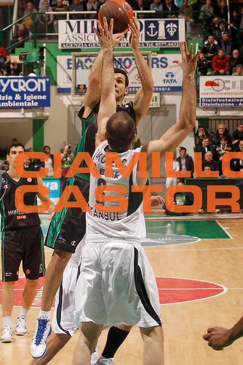 DESCRIZIONE : Siena Eurolega 2010-11 Top 16 Montepaschi Siena Efes Pilsen Istanbul<br /> GIOCATORE : Marco Carraretto<br /> SQUADRA : Montepaschi Siena<br /> EVENTO : Eurolega 2010-2011<br /> GARA : Montepaschi Siena Efes Pilsen Istanbul<br /> DATA : 24/02/2011<br /> CATEGORIA : tiro<br /> SPORT : Pallacanestro <br /> AUTORE : Agenzia Ciamillo-Castoria/P.Lazzeroni<br /> Galleria : Eurolega 2010-2011<br /> Fotonotizia : Siena Eurolega 2010-11 Top 16 Montepaschi Siena Efes Pilsen Istanbul<br /> Predefinita :