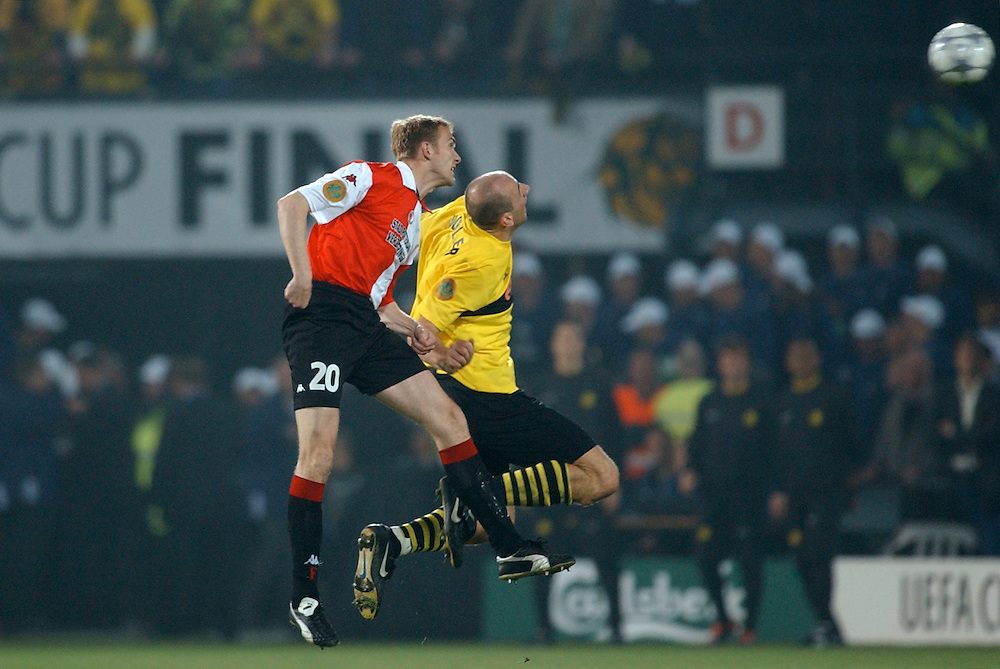 Photo: Gerrit de Heus. Rotterdam. UEFA Cup Final. Feyenoord-Borussia Dortmund. Ferry de Haan(L) and Jan Koller. Keywords: koppen, kopduel