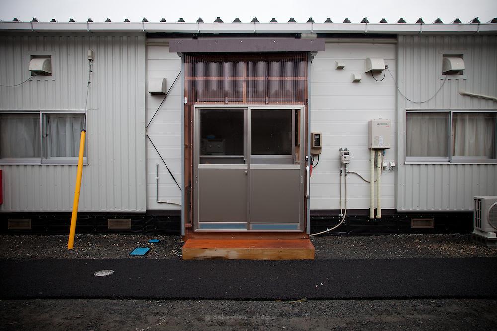 Onagawa  Logements provisoires Kasetsu jutaku  Mars 2012.Depuis le 11 mars 2011, le gouvernement na eu de cesse de trouver des solutions pour loger les quatre vingt milles personnes réfugiés. Lune dentres elles fut daménager des villages dappartement provisoires en préfabriqué.