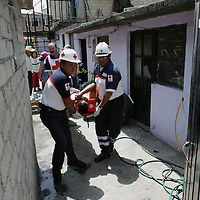 Toluca, Mex.- Paramedicos de la Cruz Roja, dan atención médica a un hombre que cayo de la azotea de su casa mientras hacia trabajos de remodelación, el lesionado fue trasladado al hospital general. Agencia MVT / Javier Rodriguez. (DIGITAL)<br /> <br /> <br /> <br /> <br /> <br /> <br /> <br /> NO ARCHIVAR - NO ARCHIVE