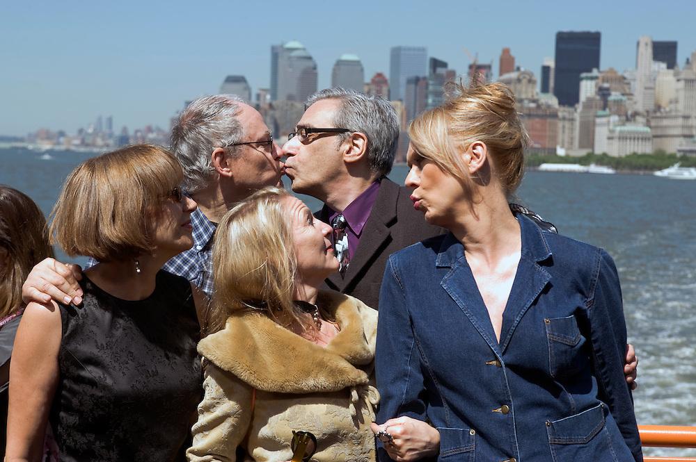 New York USA Rosa von Praunheim, Dreharbeiten zu New York Memories auf der Staten Island Ferry..vlnr.: .Anna Stegmann (Literatur Autorin),  Regisseur Rosa von Praunheim,  Claudia Steinberg (Journalistin), Brandon Judell, Eva (transsexuelle Friseuse),