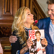 NLD/Amsterdam/20170201 -  Lancering All You Need Is Love Magazine, Wendy van Dijk overhandigt het eerste exemplaar aanRobert ten Brink