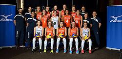 29-12-2015 NED: Nederlands Volleybalteam vrouwen, Arnhem<br /> Nederlands volleybalteam vrouwen op de foto met de nieuwe sponsorshirt ilionx / Teamfoto met staf