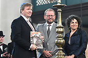 Koning Willem Alexander bij opening Joden en het Huis van Oranje in de Portugese Synagoge en Joods Historisch Museum<br /> <br /> King Willem Alexander at opening Jews and the House of Orange in the Portuguese Synagogue and Jewish Historical Museum<br /> <br /> Op de foto / On the photo: <br /> <br />  Koning Willem Alexander krijgt het boek overhandigd in de Portugese Synagoge  /// King Willem Alexander receives the book in the Portuguese Synagogue
