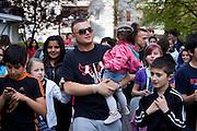 Darmstadt - Eberstadt | 20. April 2010..Coming home: Menowin Froehlich (2. Platz 7. Staffel Deutschland sucht den Superstar DSDS) zu Besuch in Darmstadt-Eberstadt, hier: Menowin geht mit einem kleinen Maedchen auf dem Arm gemeinsam mit Kindern und Jugendlichen eine Strasse entlang. ..©peter-juelich.com